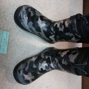 Shoes - Boys/youth size 13/1. Snow/winter boots